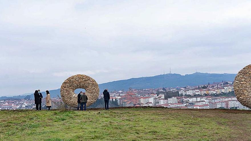 El Gaiás inaugura un mirador presidido por dos esculturas de Manolo Paz
