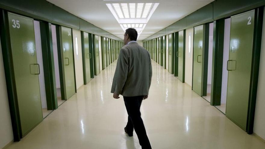 Un preso hiere en Sevilla a cuatro funcionarios, uno grave