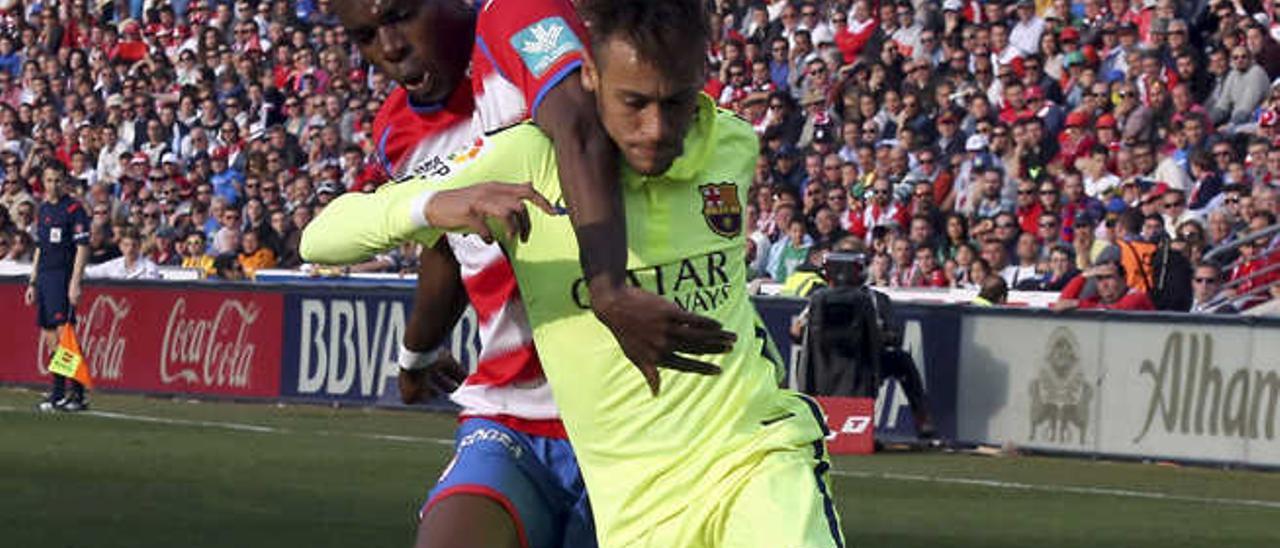 Neymar pelea un balón con el defensor del Granada Allan Nyom.