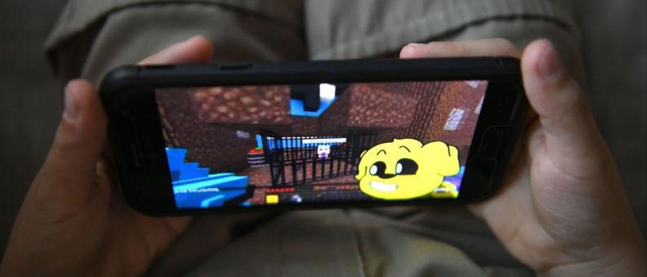 Un niño jugando en el móvil.