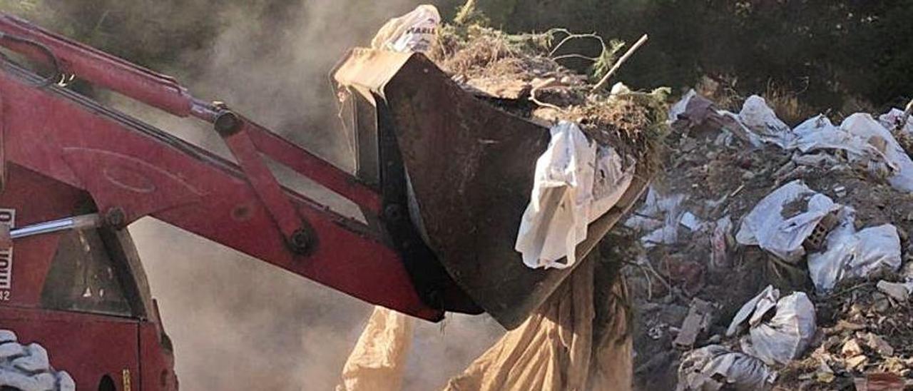 Un camión de limpieza recoge vertidos en el paraje. | INFORMACIÓN