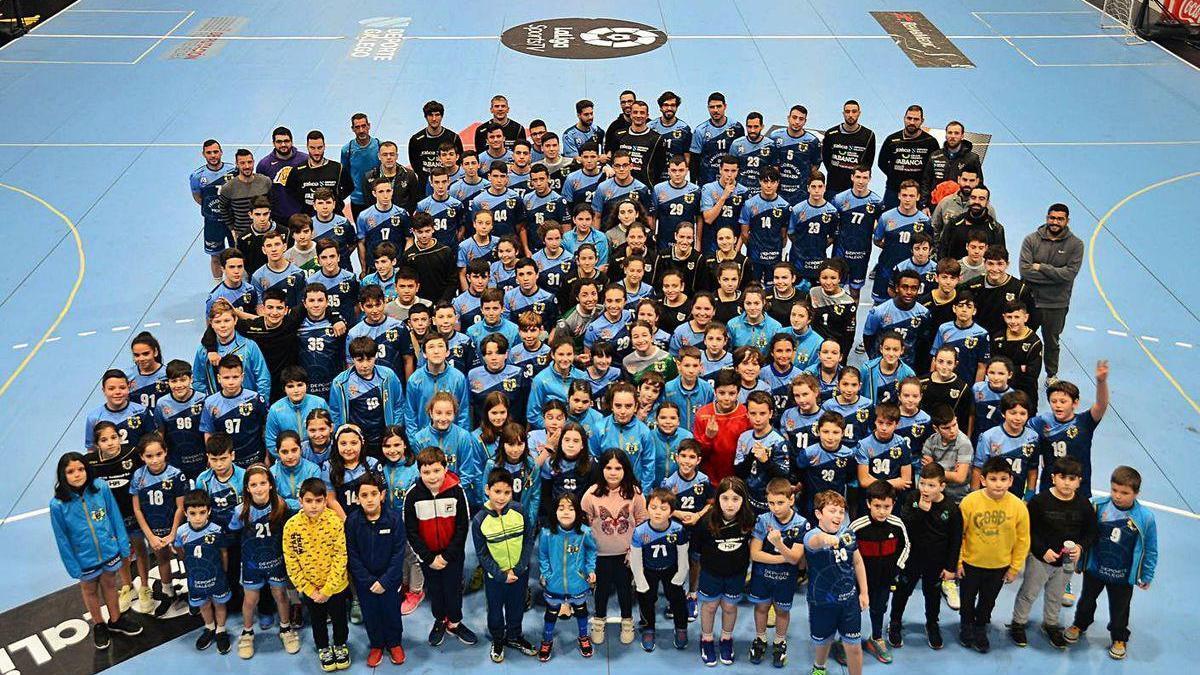 La gran familia del Frigoríficos del Morrazo, con todos sus equipos, la pasada temporada.