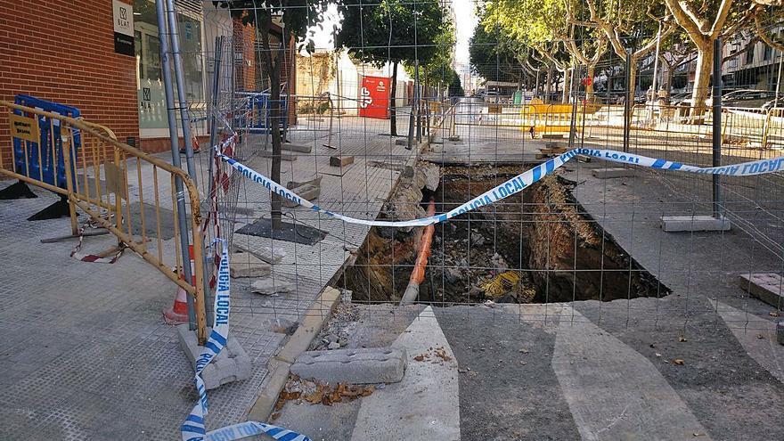 Un socavón corta parte del tráfico en la arteria más usada de Albaida desde agosto