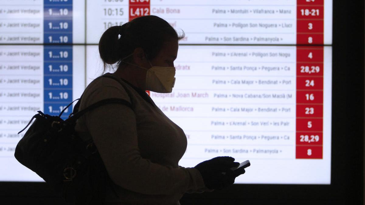Una viajera con su mascarilla en un aeropuerto español. // EP