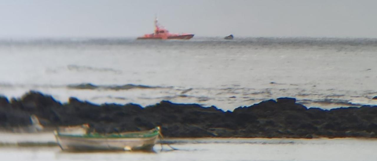 Rescatada una patera con 35 magrebíes a ocho millas de Lanzarote.