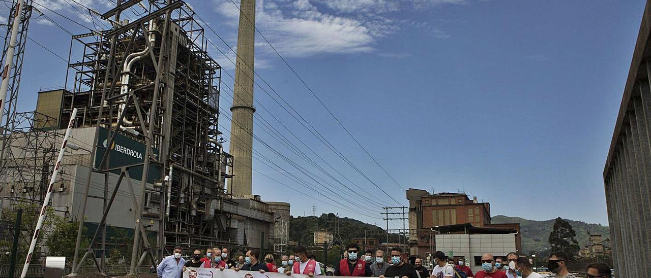 Una protesta contra el cierre de las térmicas, ante la central de Lada. | F. Rodríguez
