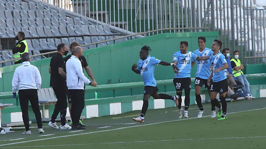 Los jugadores de la Balompedica Linense celebran el gol.jpeg