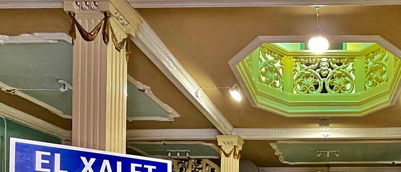 Interior del «Xalet» con uno de los paneles. | A.A.