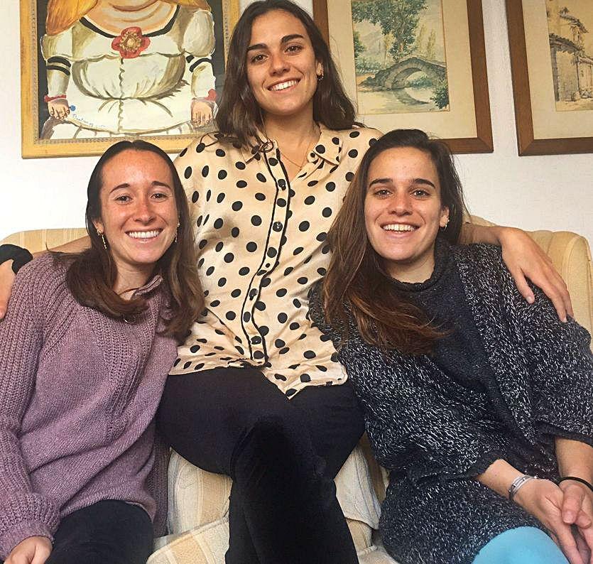 Las ovetenses Paula Cárcaba, Beatriz Setién y Cristina Setién, ayer, en su casa de Madrid.