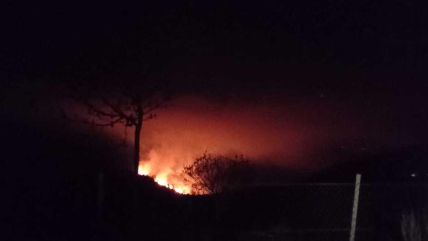 Otro incendio bajo cero en Ourense: arde el monte en Riós