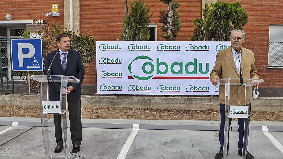 El ministro Luis Planas (izquierda) y el director gerente de Cobadu, Rafael Sánchez. | Nico Rodríguez