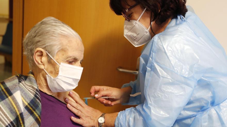 Vacunación a una residente de un geriátrico de Bembrive. / José Lores