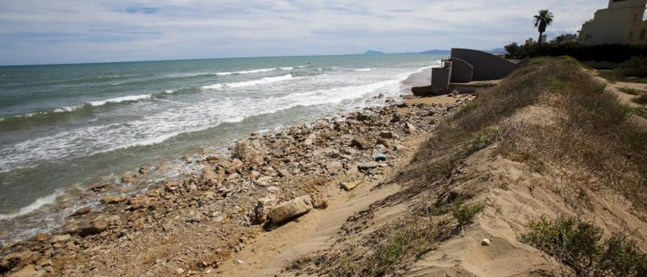 Aspecto de la playa de la Goleta de Tavernes tras un temporal hace unos meses. | EDUARDO RIPOLL