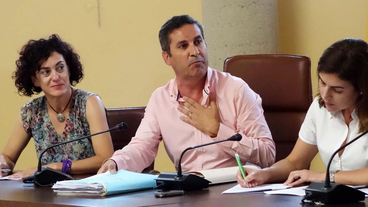 Imagen del pleno de Los Montesinos con el alcalde José Manuel Butrón y la edil Ana Belén Juárez.