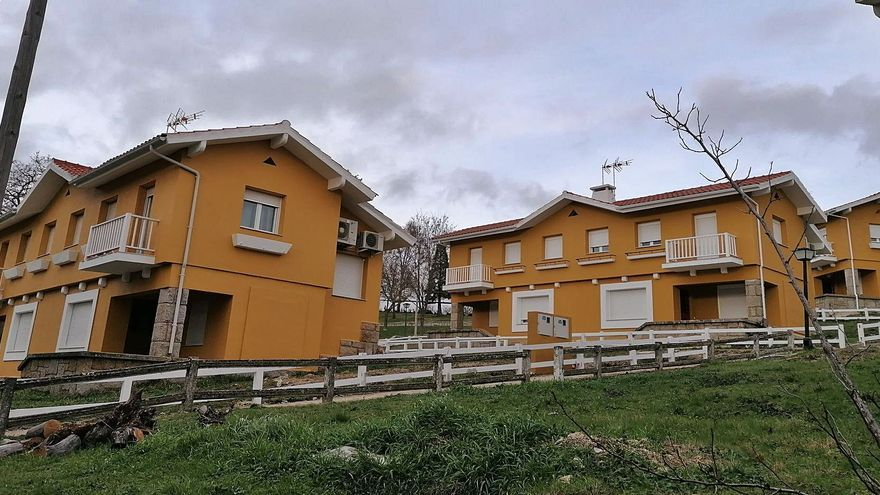 """Así son las """"casas rurales"""" en el poblado de Ricobayo para las vacaciones de empleados de Iberdrola"""