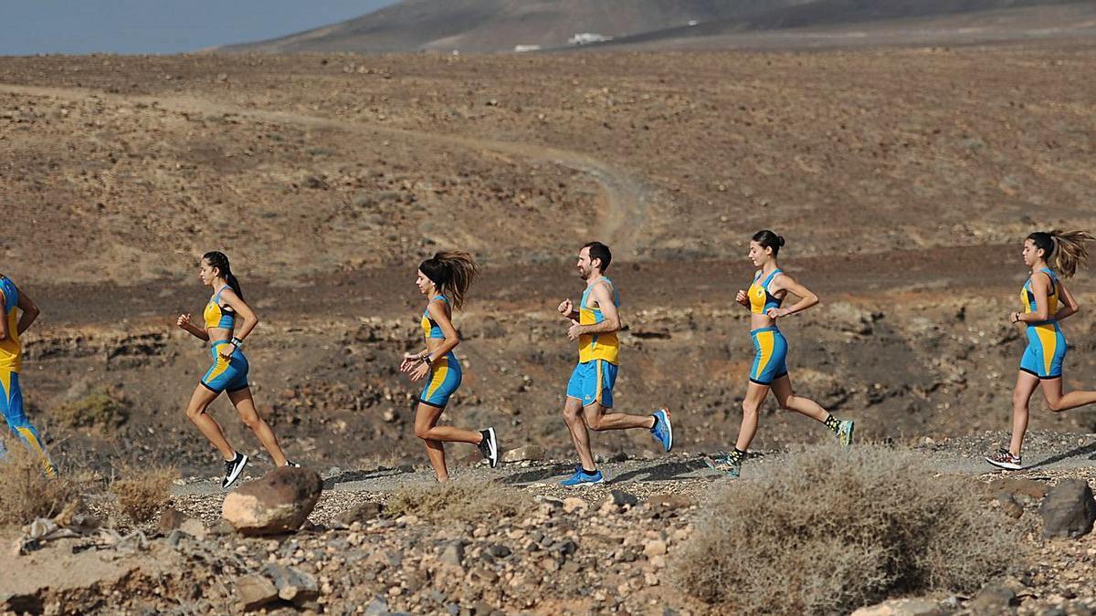 Varios deportistas del EAMJ Playas de Jandía durante uno de sus entrenamientos por los barrancos del sur de Fuerteventura | | EAMJ PLAYAS DE JANDÍA