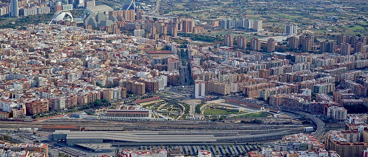 El ámbito del Parc Central, con la estación provisional del AVE Joaquín Sorolla, la mitad del jardín y la playa de vías actual. | VSPC