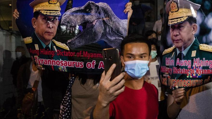 Los ciudadanos de Birmania salen a las calles para protestar contra el golpe