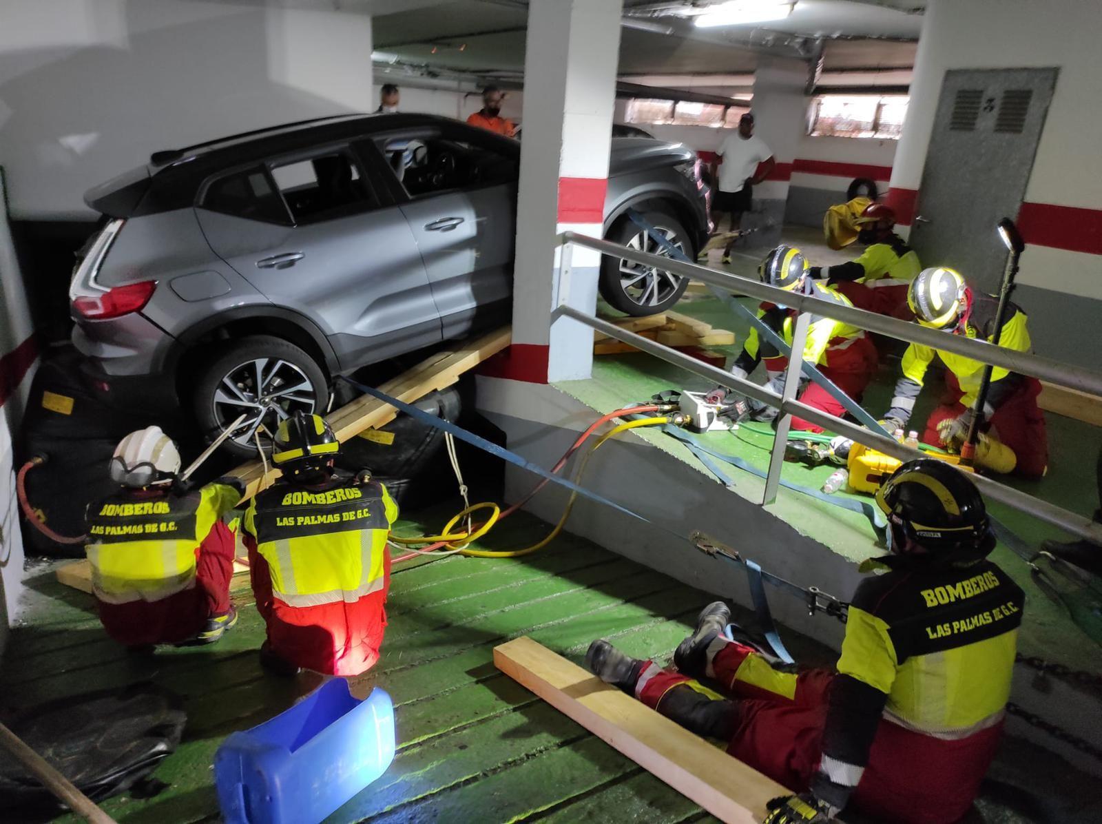 Un coche se precipita por la rampa de un garaje en Las Palmas de Gran Canaria