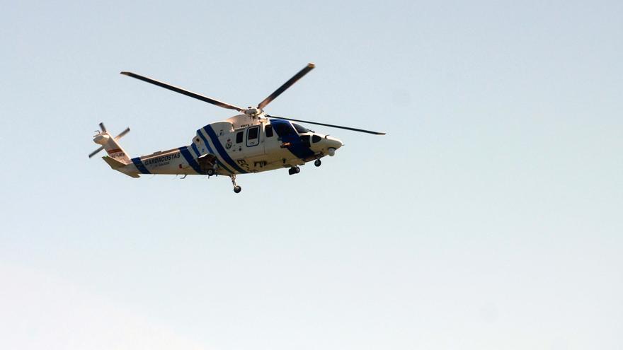 El helicóptero de Gardacostas rescata a una senderista en el límite de Galicia con Zamora
