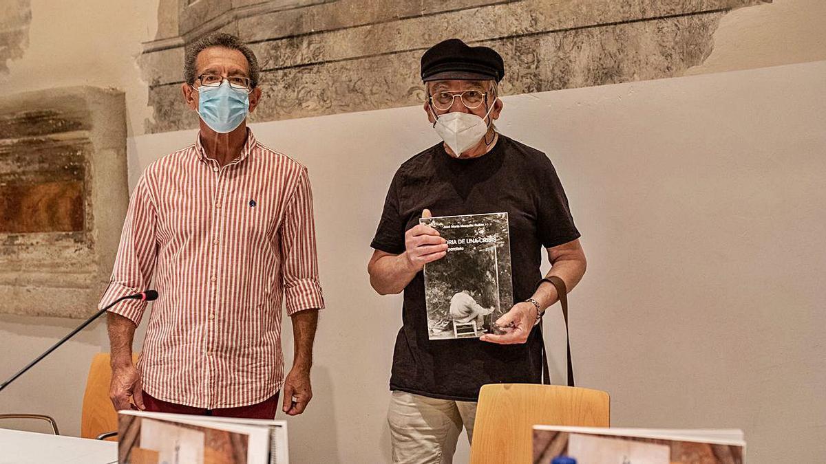 """A la derecha, José María Mezquita sostiene un ejemplar de """"Historia de una crisis"""", a su lado, Luis Ramos.   E.F."""