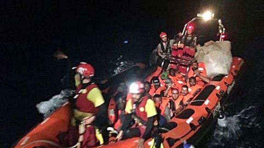 El 'Open Arms' salva a 39 migrantes, que irán a Malta, y sigue sin destino para 121