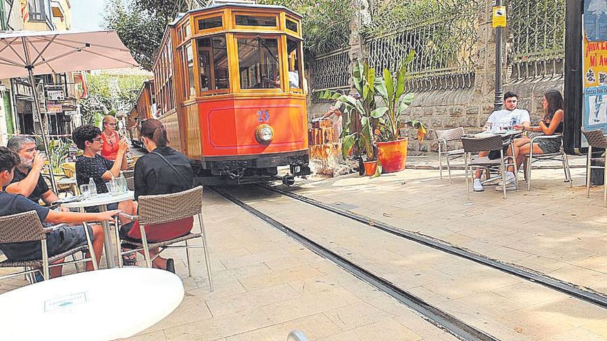 El Tren de Sóller alerta del peligro de las terrazas que colindan con la vía férrea del tranvía
