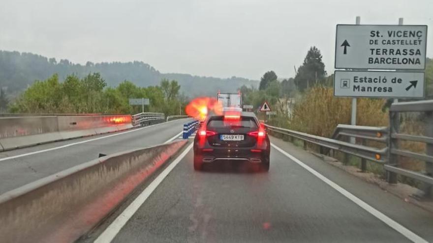 Un cotxe s'accidenta i bolca a la C-55, a Manresa