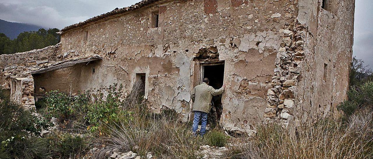 Un esqueleto en una casa abandonada en el Maigmó. El rastro de Jesús Hernández Utrera se perdió en el año 2008 hasta que tres años después unos niños que jugaban en una casa abandonada en el Parque Natural del Maigmó encontraron un esqueleto humano. Las pruebas de ADN han confirmado que los restos pertenecen en Utrera, mientras que la Guardia Civil determinó que se trató de un asesinato. La investigación apunta a que fue asesinado por una red de narcos.