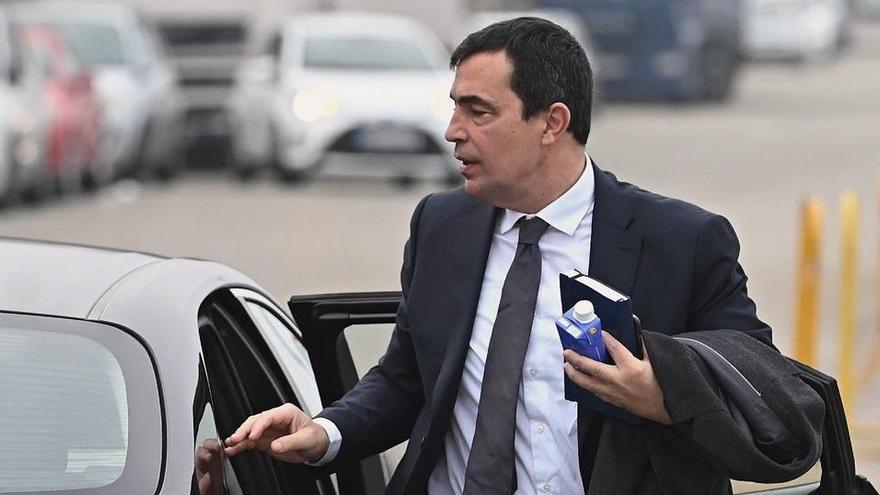 L'exdirector general dels Mossos denuncia que Vueling impedeix volar amb PCR en català