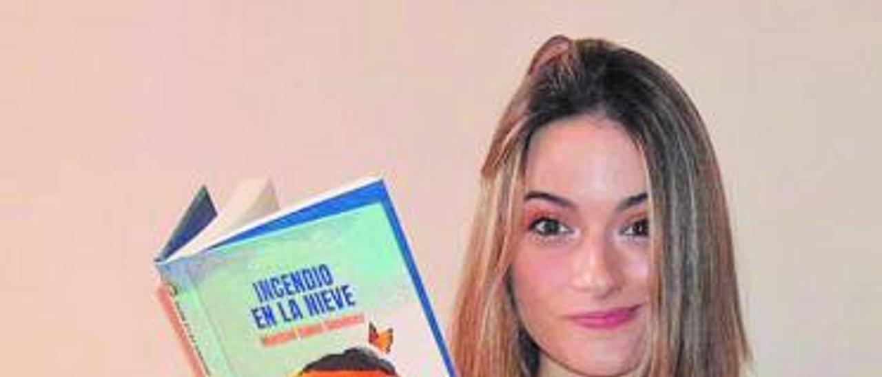 Marisol Sales Giménez rodeada de libros.