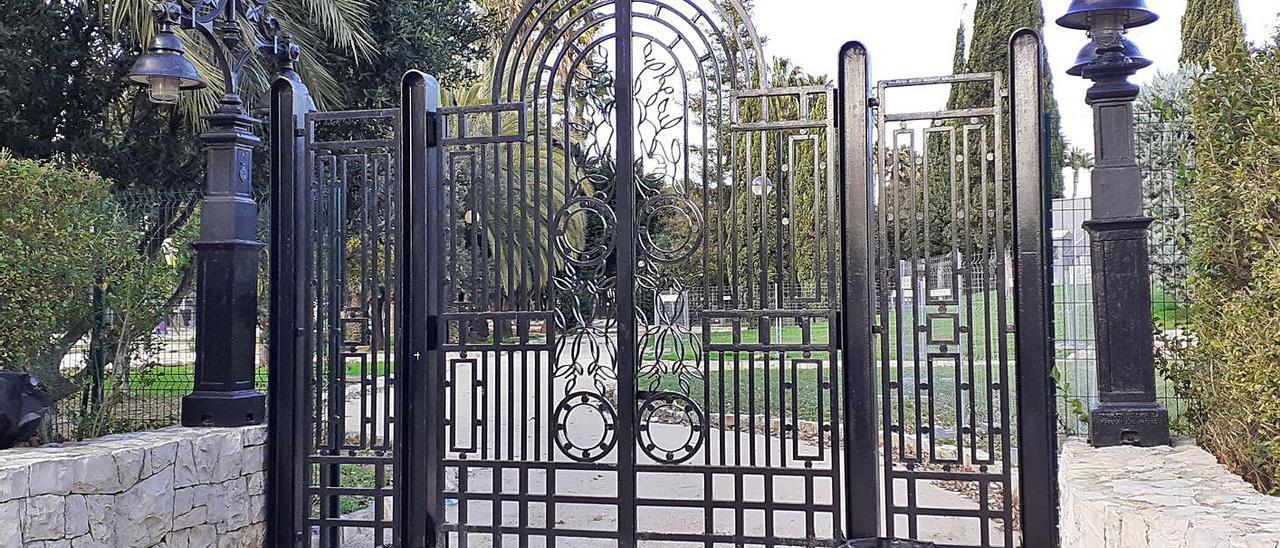 Una de las puertas del parque de l'Alquenència cerrada tras la reparación, ayer. | LEVANTE-EMV