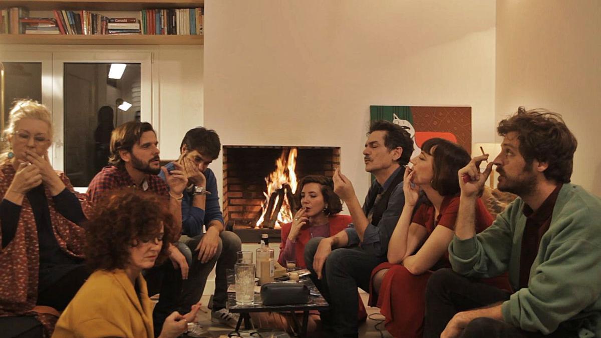 Una fotograma de «La última cena», rodada en un sopar d'amics en temps real.
