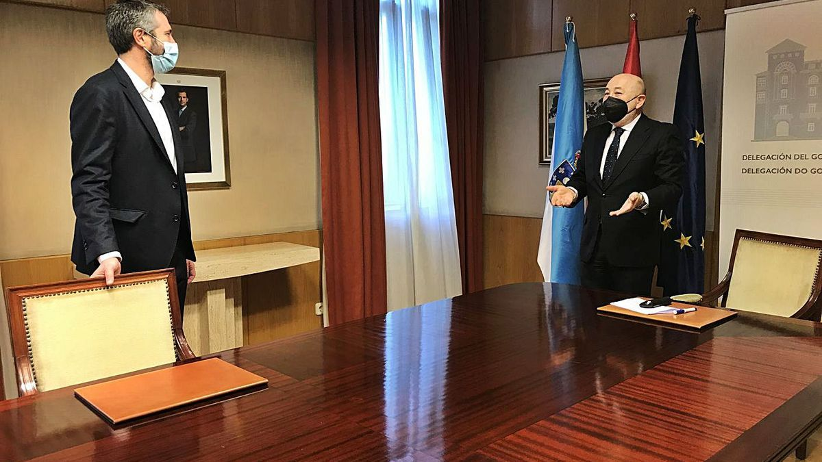 El alcalde de Vilagarcía, Alberto Varela, se reunió con el delegado del Gobierno, Javier Losada. |  // CEDIDA