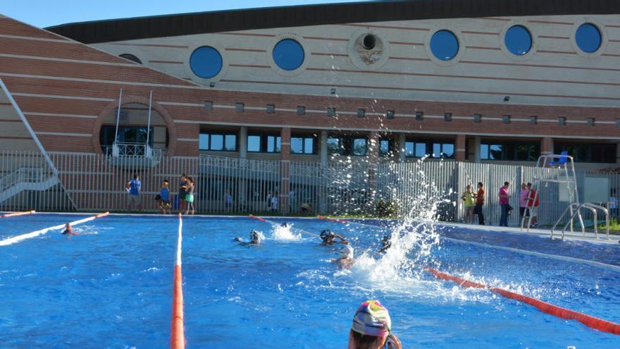Torrevieja reabre la piscina exterior de la Ciudad Deportiva solo para ocho usuarios por hora