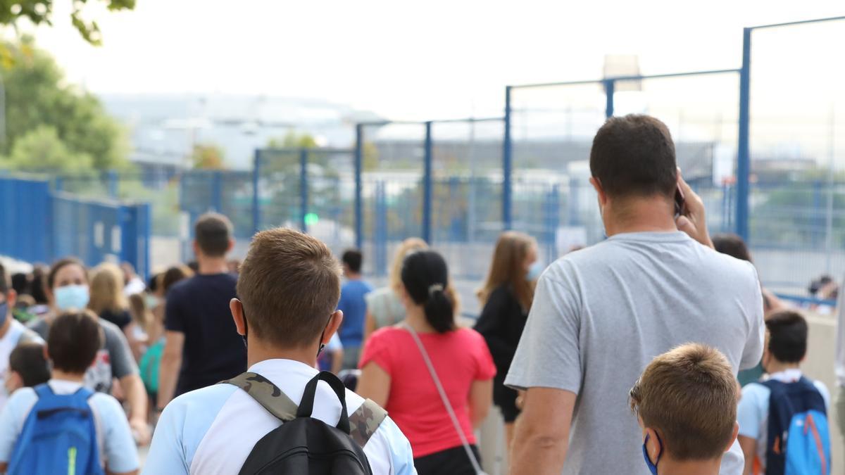 Un grupo de niños entrando a un colegio en Madrid.