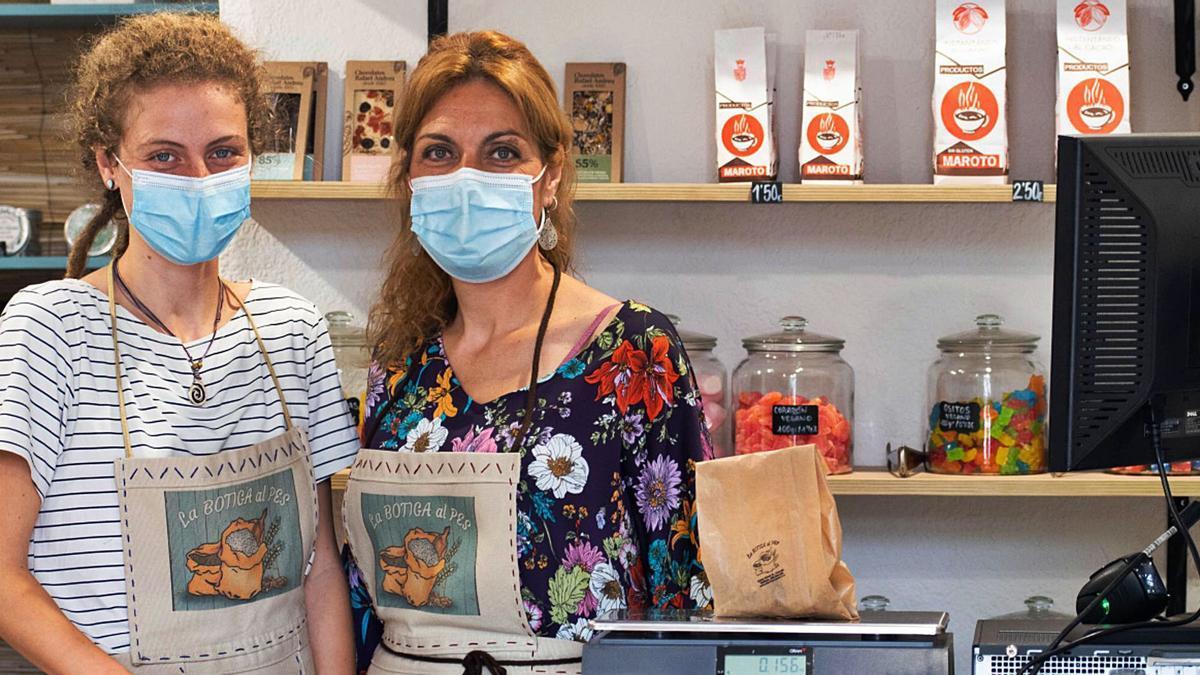 Yolanda Ramón junt a una companya en el seu comerç, «La botiga al Pes», a Alaquàs.   SEBAS GUTIÉRREZ
