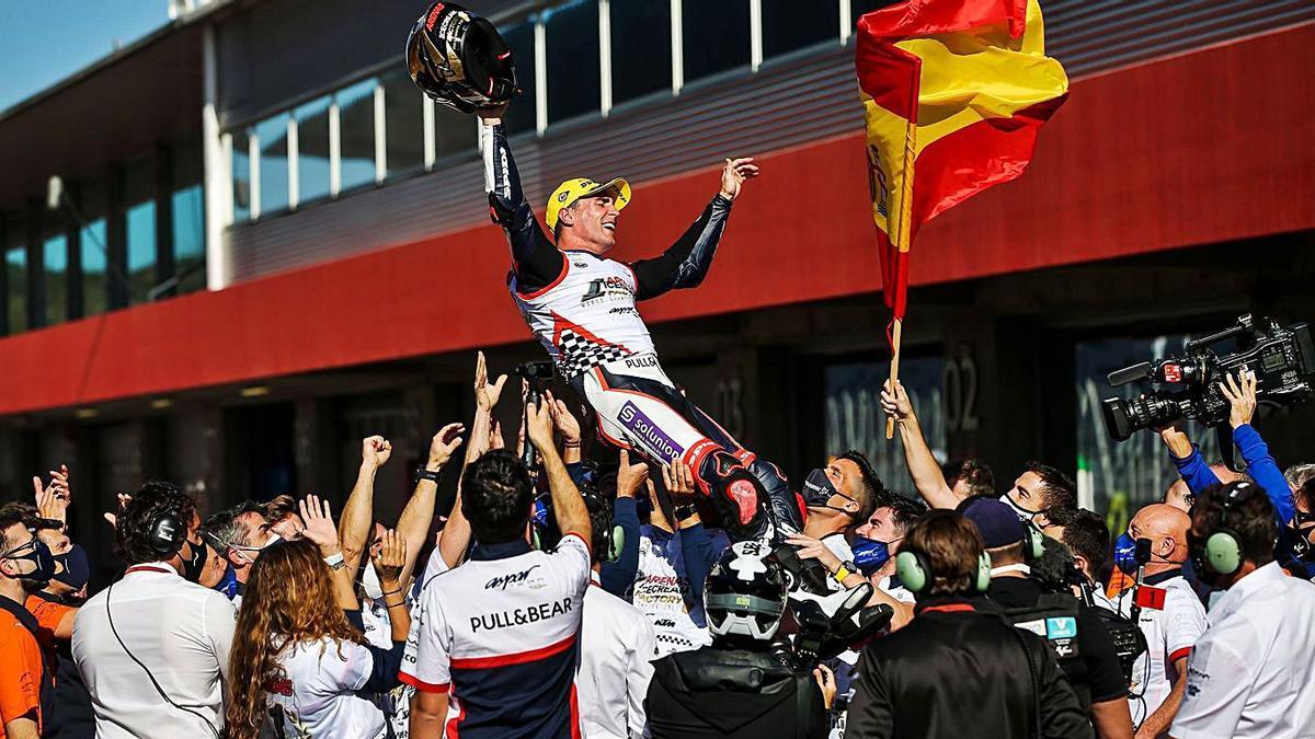Arenas festeja con los integrantes de su equipo el título en Moto3, ayer en Portimao. |  // JOSE SENA GOULAO