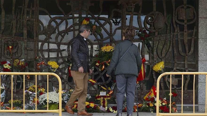 Primera visita de los familiares a la tumba de Franco