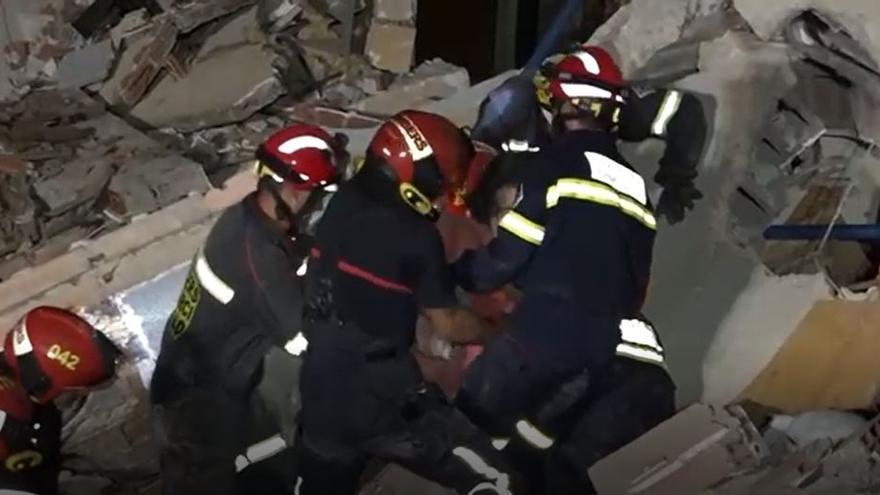 Vídeo   El difícil rescate de uno de los atrapados en el derrumbe de Peñíscola