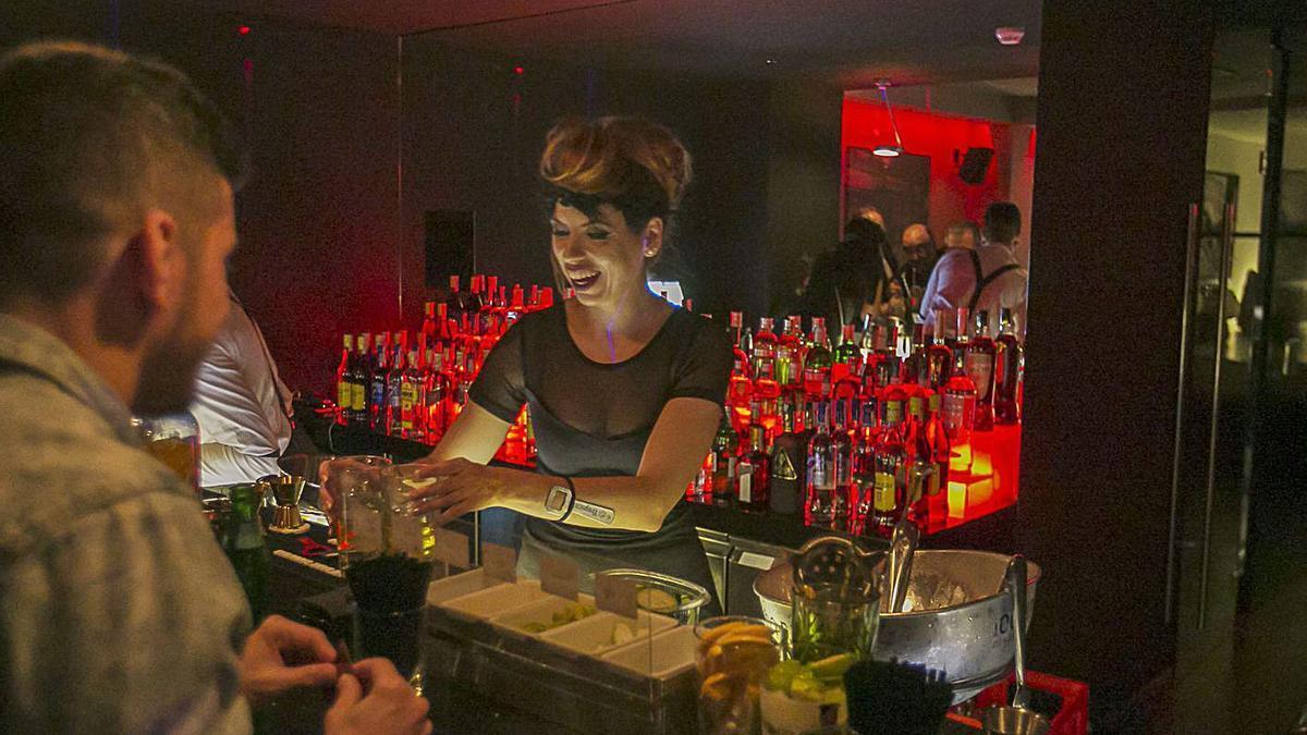 Una camarera sirve una copa en un local de ocio nocturno | | E. D.