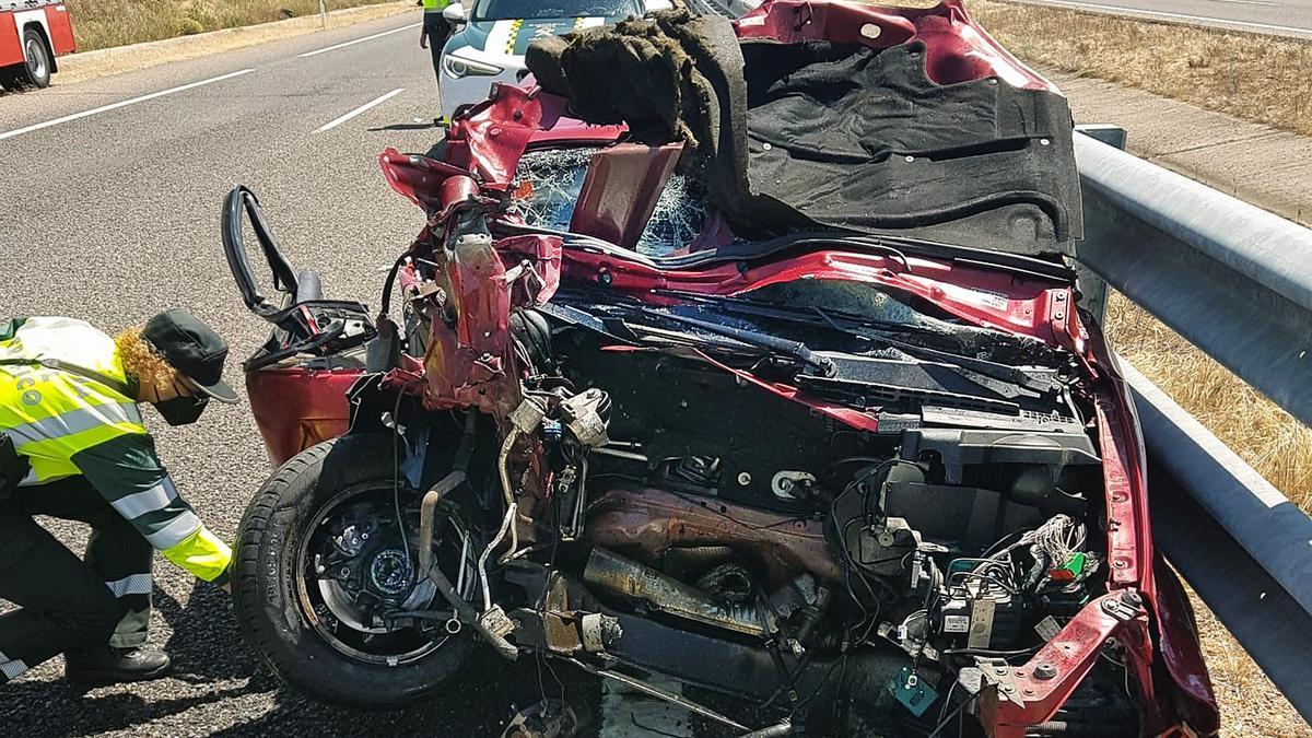 Estado en el que quedó uno de los vehículos siniestrados en el accidente de tráfico ocurrido en La Fuente de San Esteban (Salamanca).