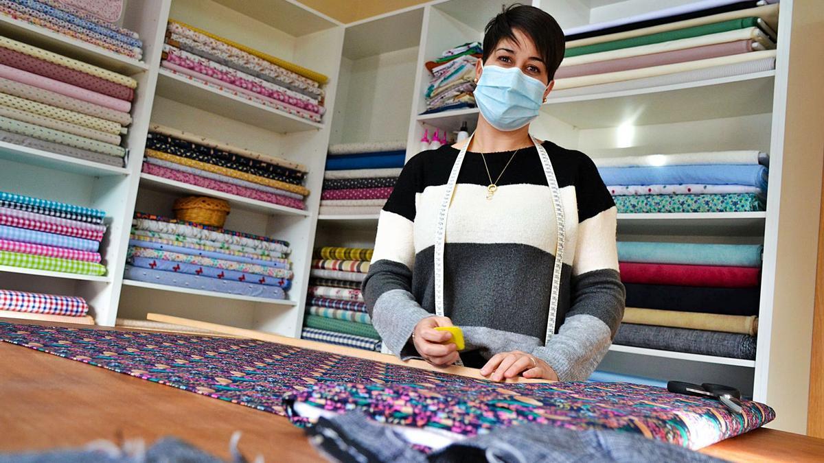 Natalia Rodríguez Armayor, na so tienda, na parte baxa de la casa familiar, en Rusecu (Sobrescobiu). | ANA PAZ PAREDES
