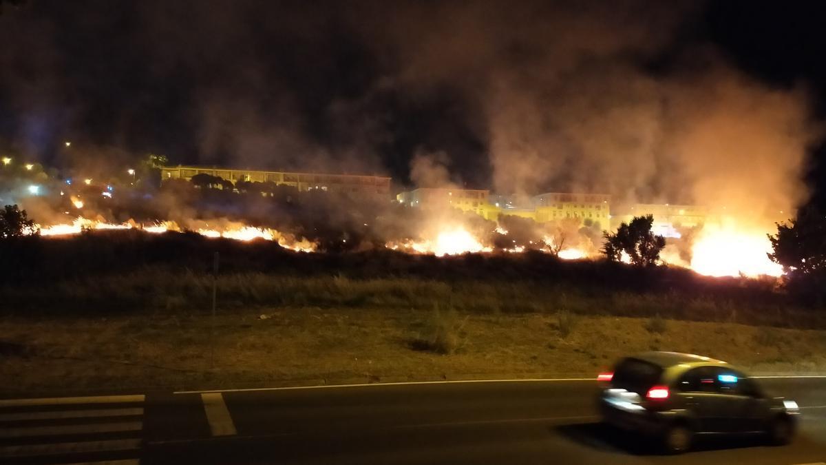 Vista de parte del fuego, anoche, tomada desde el hogar de Nazaret.