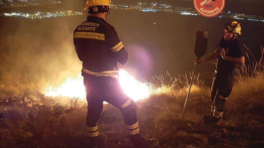 Los bomberos trabajan en la extinción de un incendio en la Sierra de Fontcalent