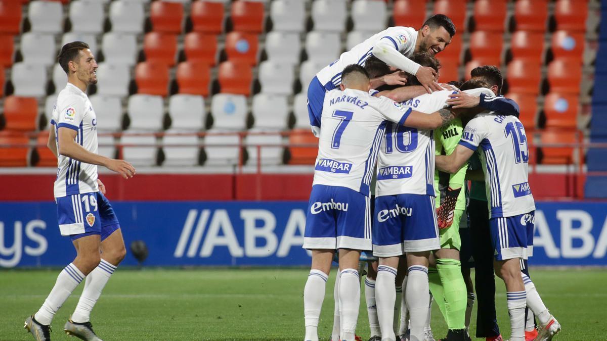 Vuckic se aúpa a la cima de la piña con la que los zaragocistas celebraron el gol de Cristian en Lugo.