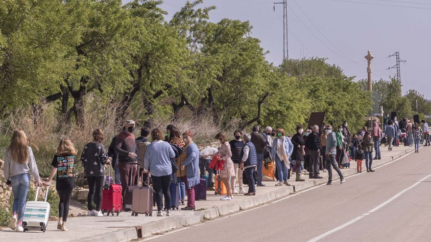 Vecinos de la Mata representan el desalojo del pueblo para protestar contra la línea de alta tensión