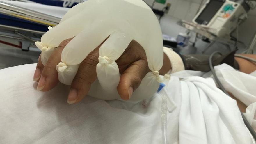 La 'mano de Dios' que intenta reconfortar a los enfermos de covid aislados