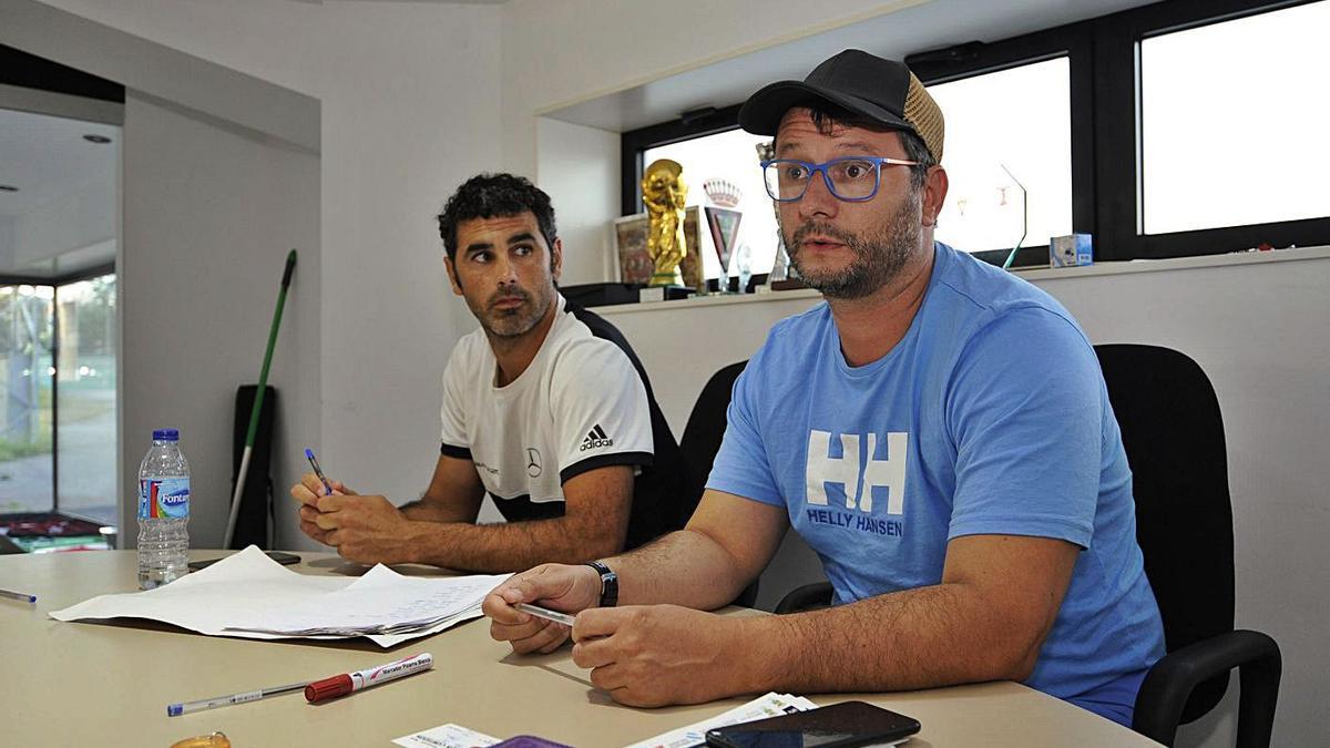 David Méndez (con gorra y gafas), el día de su elección como presidente del CD Lalín. |  // BERNABÉ/JAVIER LALÍN