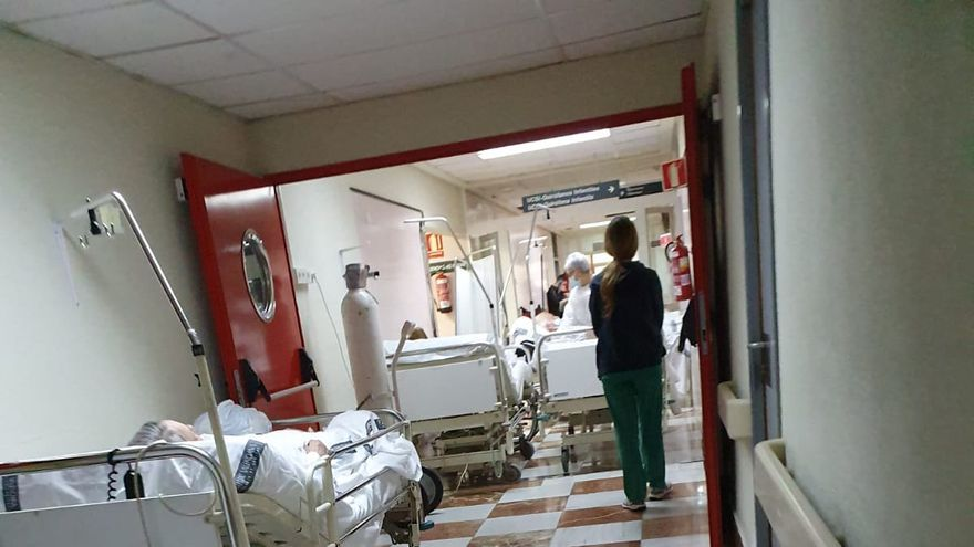 Camas en los pasillos de Urgencias del Hospital General de Alicante